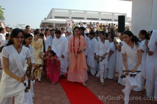 Anandmurti Gurumaa With Devotees