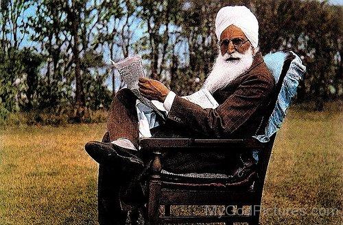 Baba Sawan Singh Ji Reading News Paper