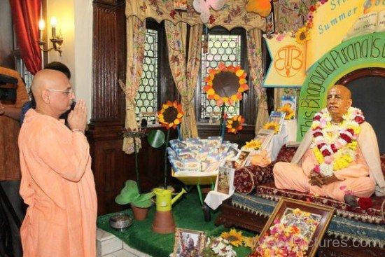 Bhakti Charu Swami Greets Srila Prabhupada