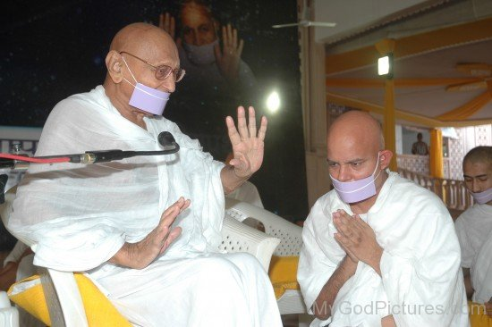 Acharya Mahashraman Greets Acharya Mahapragya Ji
