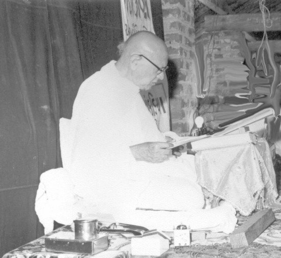 Kanji Swami Reading Book