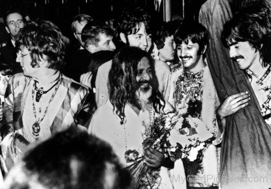 Maharishi Mahesh Yogi Ji With His Devotees