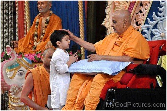 Pramukh Swami Maharaj Giving Blessing To Little Child