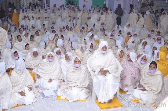 Sadhvi Kanakprabha Ji With Devotees